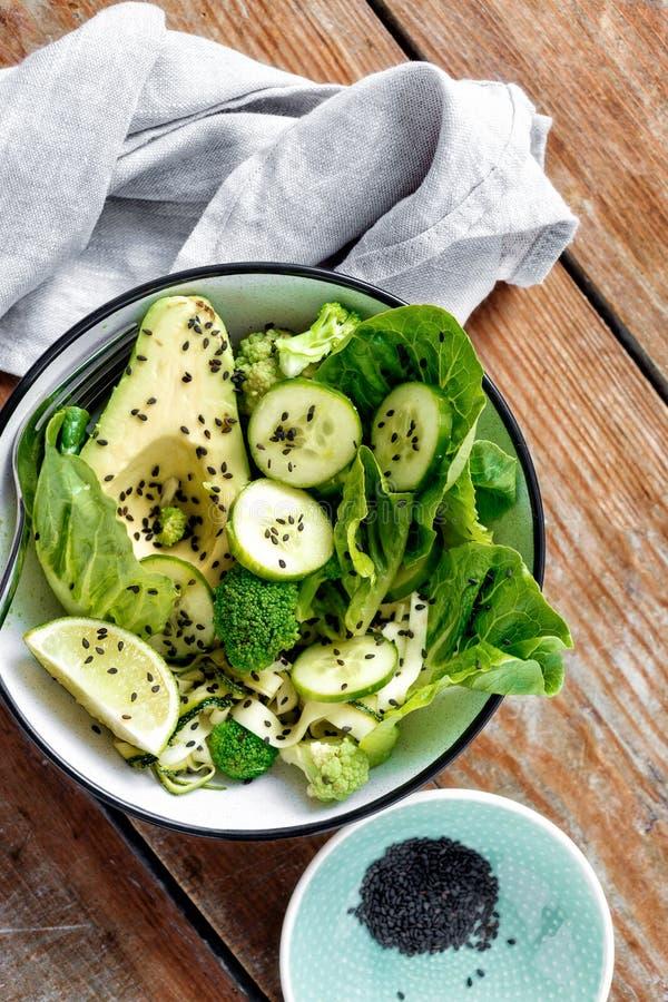 Покройте свежую еду диеты предпосылки зеленого салата деревянную стоковое фото