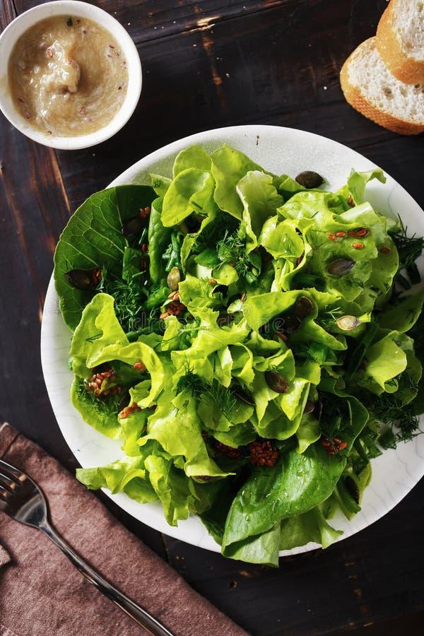Покройте свежую еду диеты предпосылки семян льна зеленого салата темную деревянную стоковые изображения rf