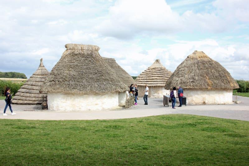 Покрыванные соломой дома неолитических племен которые построили памятник Стоунхенджа стоковые фотографии rf