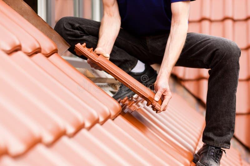 покрывать новый tiler плитки крыши стоковая фотография rf