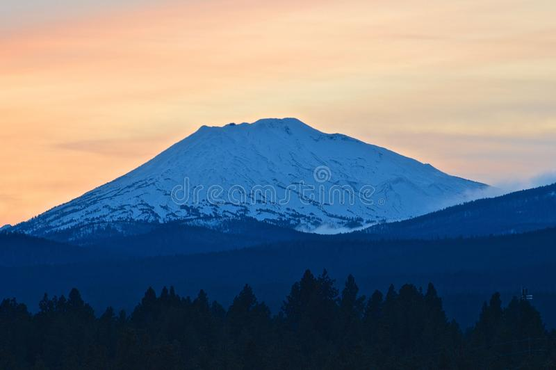покрытая Снег гора Орегона на заходе солнца стоковое изображение rf