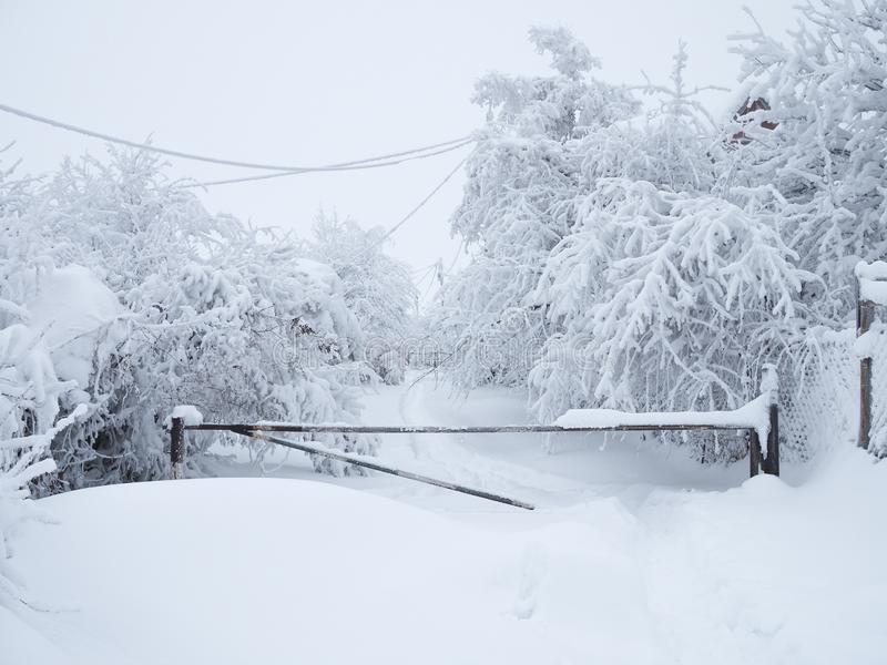 Покрытая снег дорога закрыта барьером и невозможно пройти стоковое фото