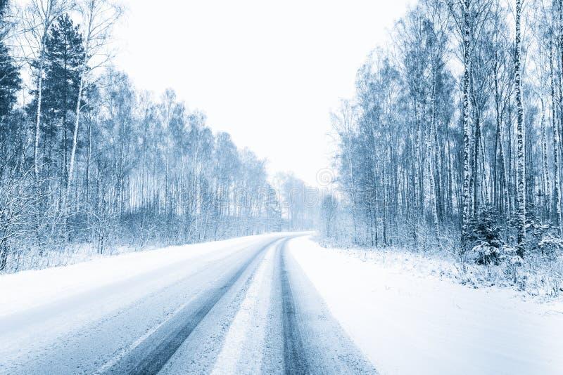 покрытая Снег открытая дорога во время пурги в зиме погода неблагоприятных условия стоковая фотография