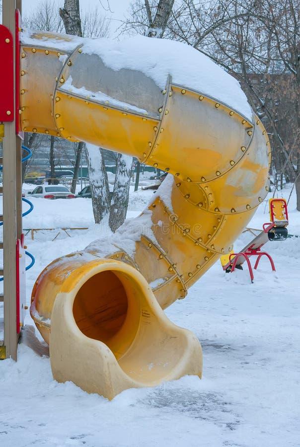 покрытая Снег спортивная площадка в квадрате зимы в России стоковые изображения rf
