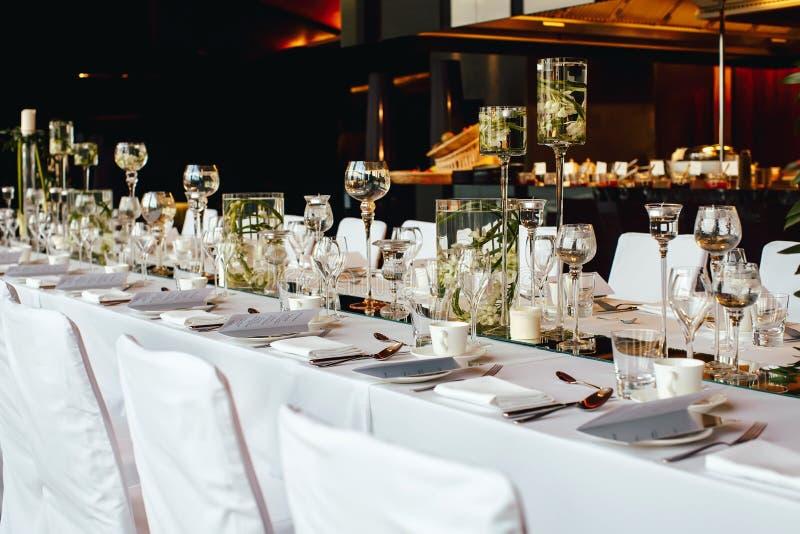 Покрытая таблица, послуженный для банкета в ресторане стоковое фото