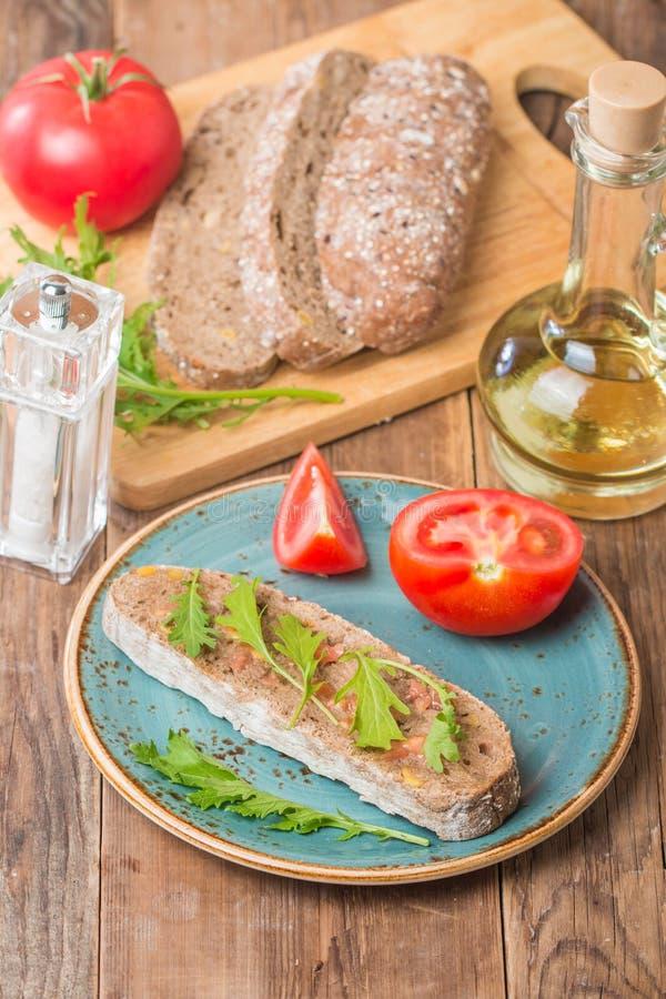 Покрытое коркой ciabatta хлеба с оливковым маслом стоковые фото