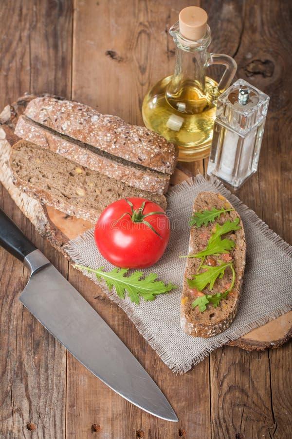 Покрытое коркой ciabatta хлеба с оливковым маслом стоковое изображение