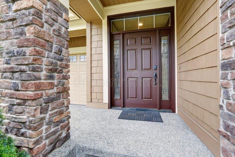 Покрытое крылечко входа похваляется парадный вход с богато украшенными sidelights стоковая фотография rf