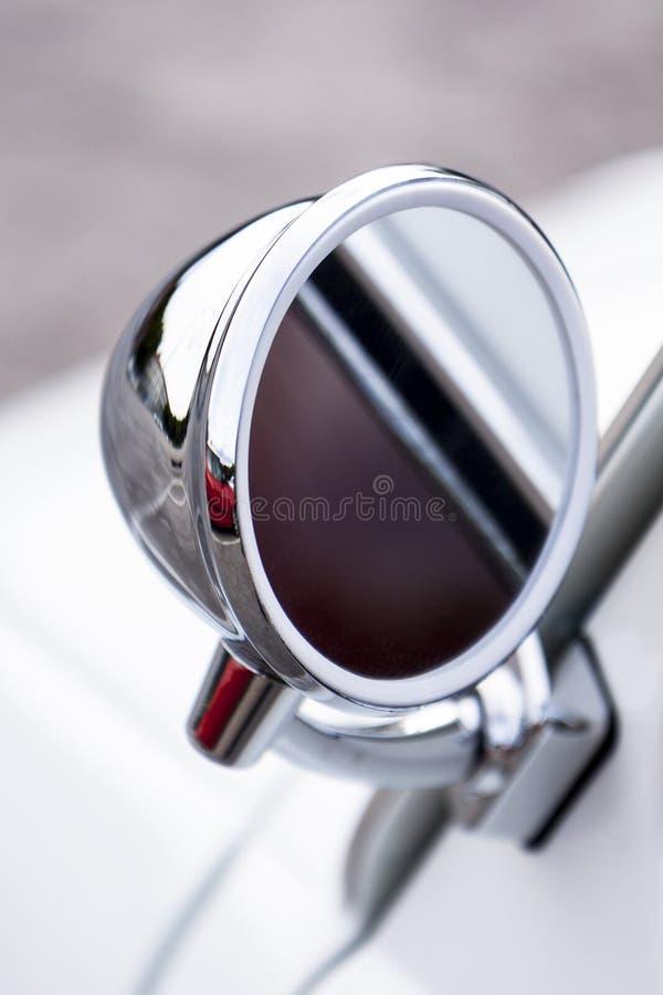 Покрытое хромом зеркало заднего вида стоковая фотография rf