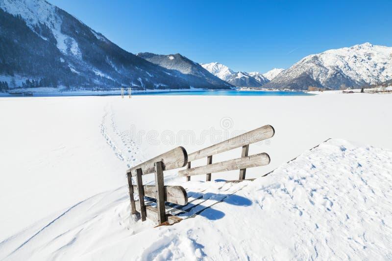 покрытые лестницы снежка деревянные стоковое фото