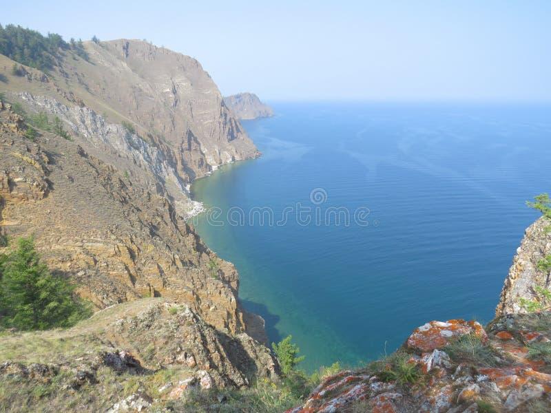 покрытые Лишайник утесы, сосны, вид на озеро Остров Olkhon ландшафта стоковые фотографии rf