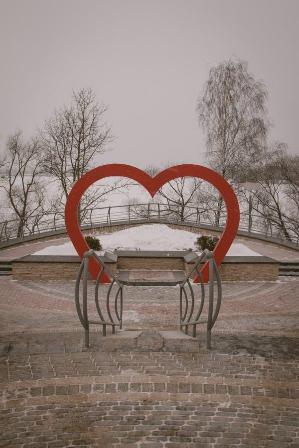 покрытые Снег деревья и стенды в городе паркуют Пожилой человек в парке воссоздания стоковые изображения
