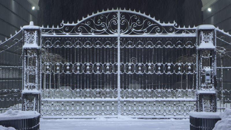 покрытые Снег железные стробы Стробы загородки зимы нанесённые стоковые изображения rf