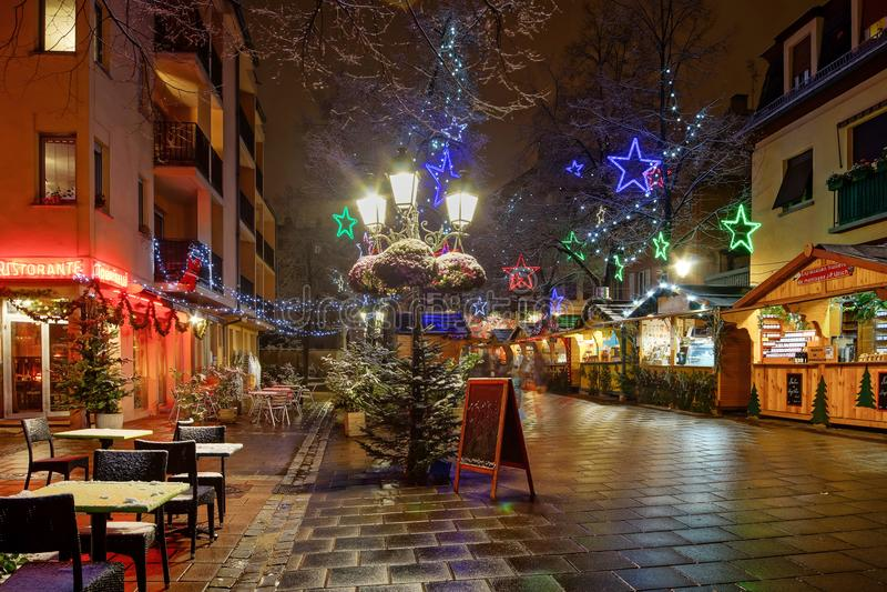 покрытые Снег таблицы кафа улицы на улице зимы, страсбурге, Ch стоковые фотографии rf