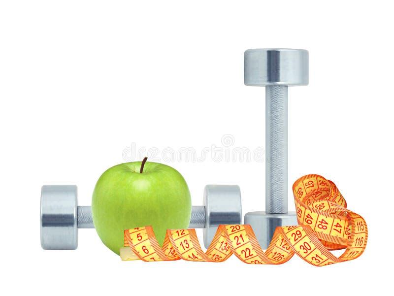 Покрытые хромом изолированные гантели фитнеса, лента измерения и зеленое яблоко стоковая фотография rf