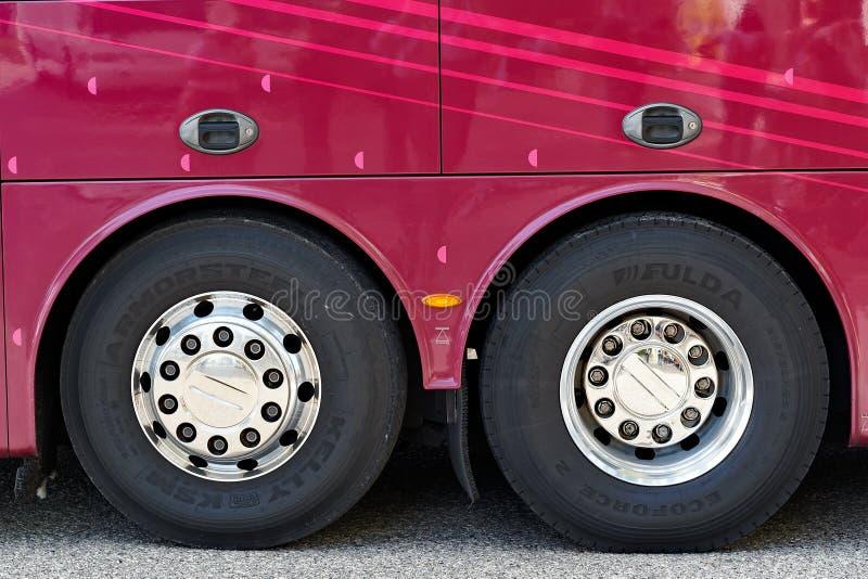 Покрытые хромом колеса шины стоковая фотография rf