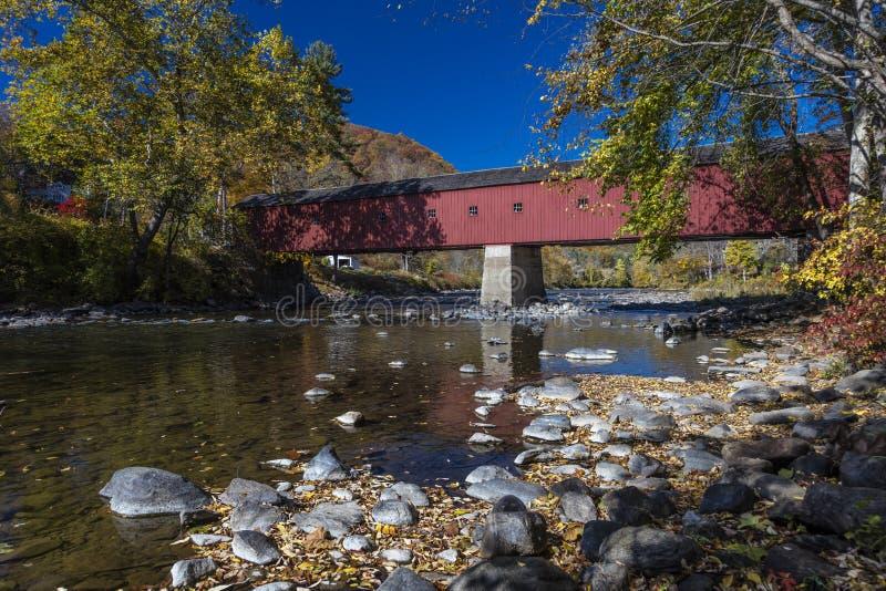 Покрытый красный мост, западный крытый мост Корнуолла над рекой Housatonic, западным Корнуоллом, Коннектикутом, США - 18-ое октяб стоковые фотографии rf