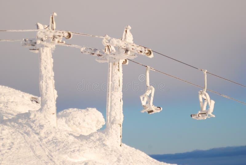 покрытый снег подвесной подъемник стоковые изображения rf