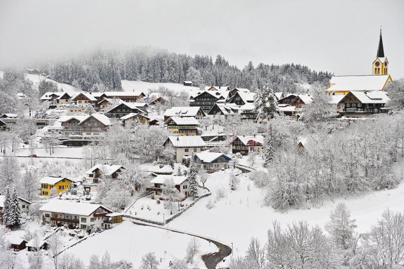 покрытый Снег романтичный немецкий ландшафт городка стоковое фото