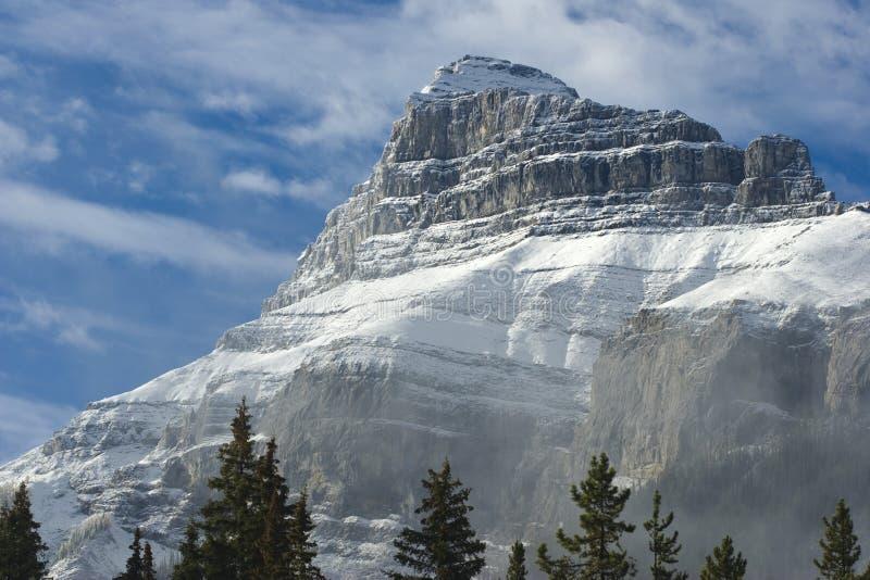 покрытый снежок пика горы стоковые фотографии rf