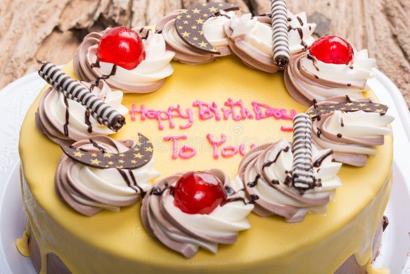 Покрытый шоколадный торт дня рождения с бананом стоковые фото