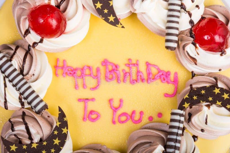 Покрытый шоколадный торт дня рождения с бананом стоковые изображения