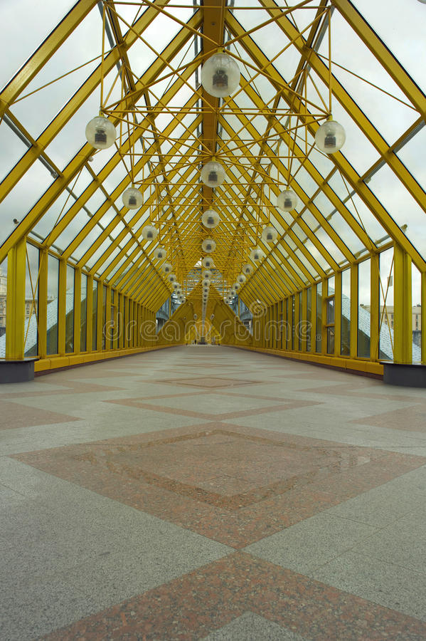 Покрытый footbridge стоковое фото