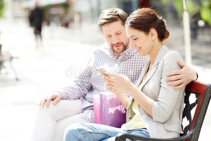 Покупатели в моле стоковая фотография