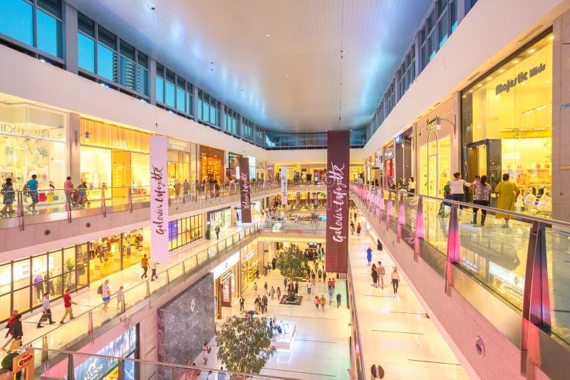 Покупатели в торговом центре Дубай, торговом центре мира самом большом основанном на всей площади и сексте - самой большой стоковая фотография rf