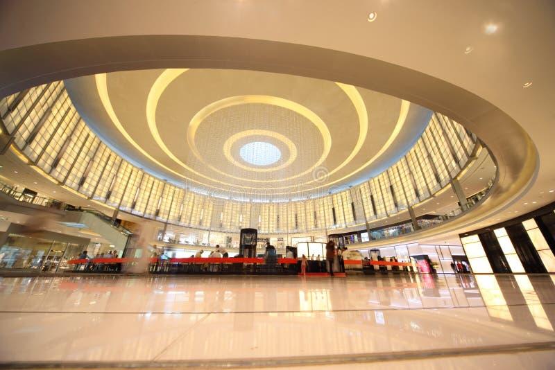 покупатели мола Дубай стоковые изображения