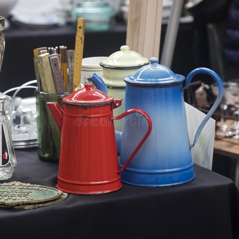 Покупатели на рынке рынка шутовства Spitalfields в-четвертых самая популярная привлекательность в городе привлекая над 100 000 че стоковая фотография rf