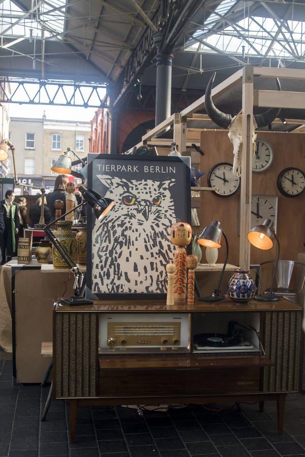 Покупатели на рынке рынка шутовства Spitalfields в-четвертых самая популярная привлекательность в городе привлекая над 100 000 че стоковое фото rf