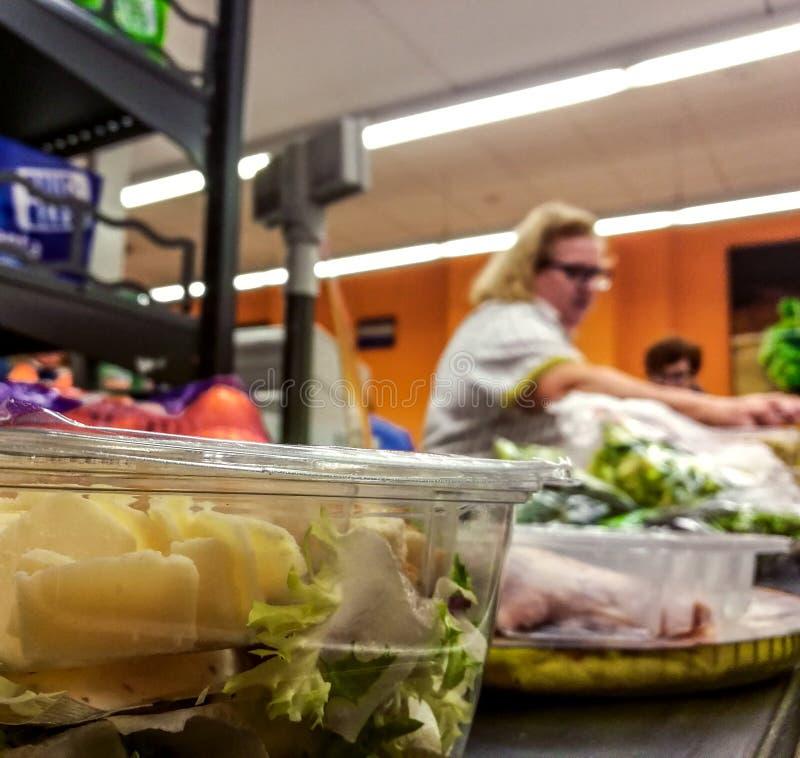 Покупатель оплачивая для продуктов на проверке Еда на конвейерной ленте на супермаркете стоковая фотография rf