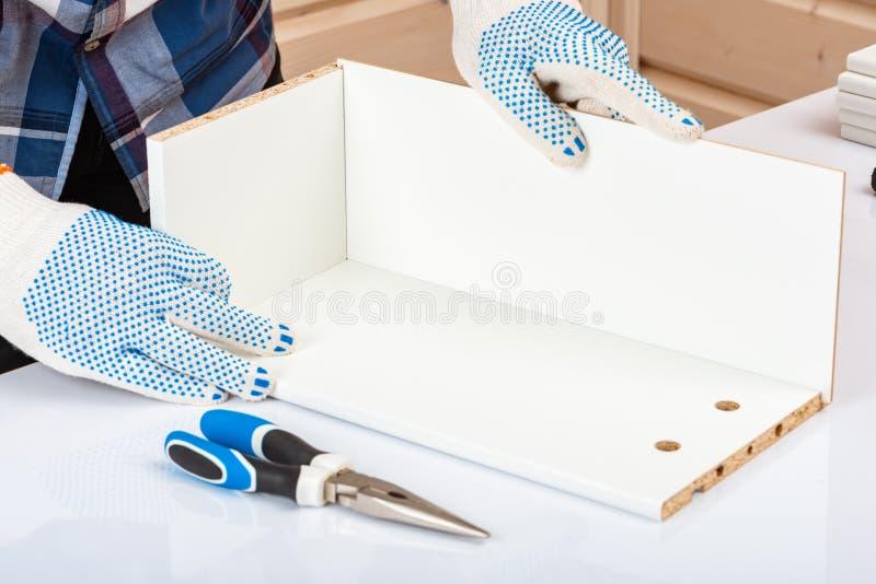 Покупатель собирает готов-к-собирает складной столик Готов-к-соберите мебель Установка домашней мебели стоковое изображение rf