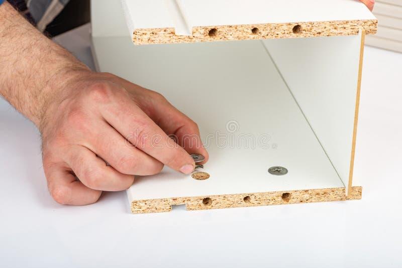 Покупатель собирает готов-к-собирает складной столик Готов-к-соберите мебель Установка домашней мебели стоковые изображения rf