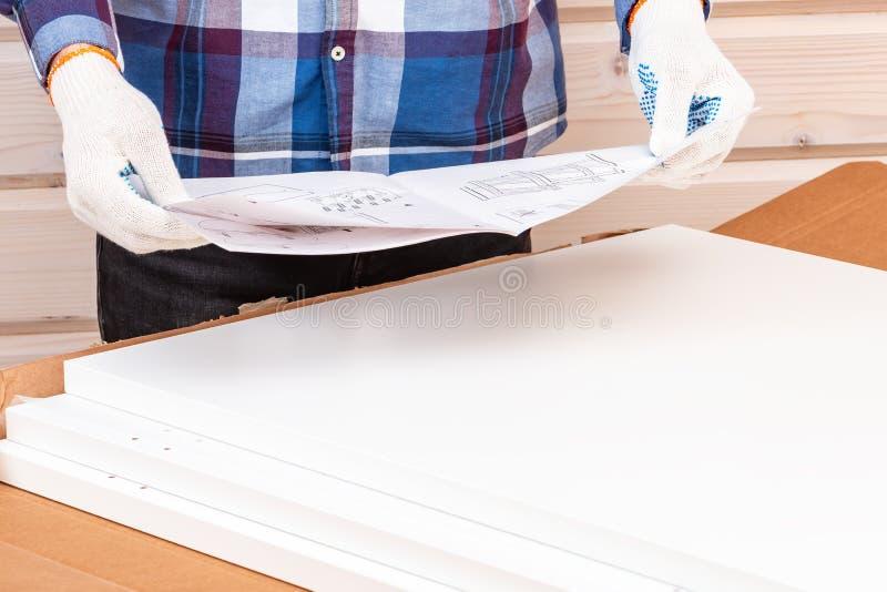 Покупатель собирает готов-к-собирает складной столик Готов-к-соберите мебель стоковые изображения
