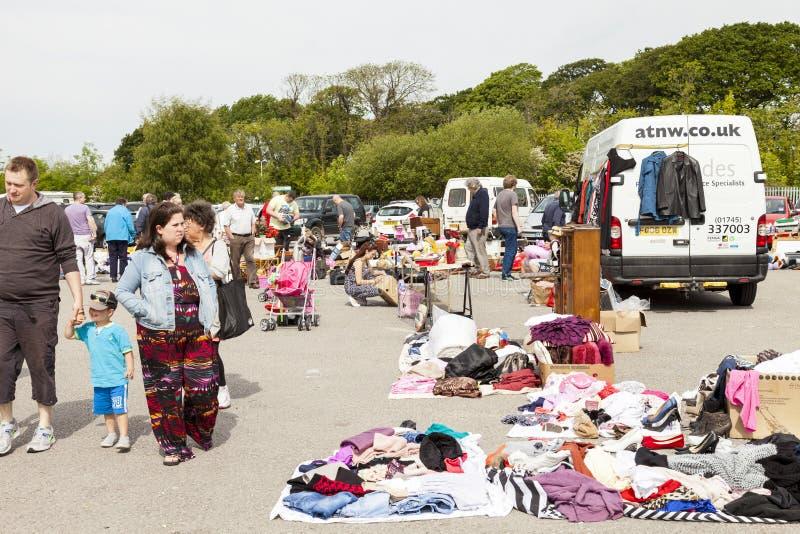 Покупатели на продажах рынка и carboot Prestatyn под открытым небом стоковые фотографии rf