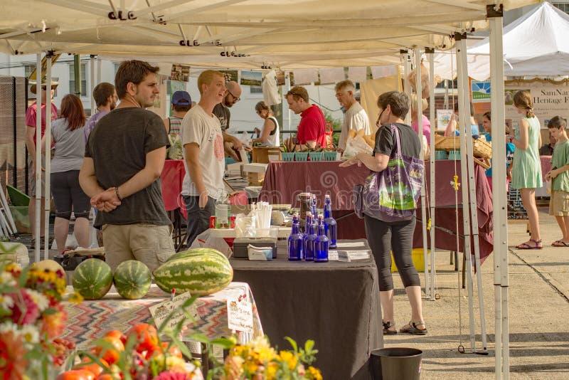 Покупатели на рынке фермеров района стоковая фотография