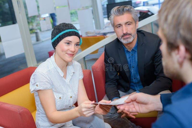 Покупатели пар подписывая сделку стоковые фотографии rf