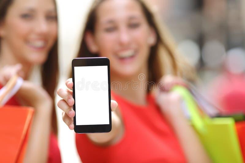 Покупатели показывая пустой умный экран телефона