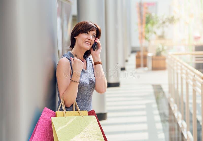Покупатель говоря на smartphone стоковые фотографии rf