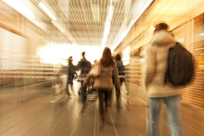 Покупатель спеша через коридор, влияние сигнала, нерезкость движения, крест стоковое фото