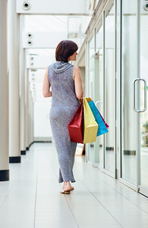 Покупатель с сумками от задней части стоковая фотография rf