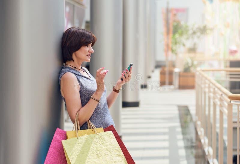 Покупатель с smartphone стоковое изображение rf