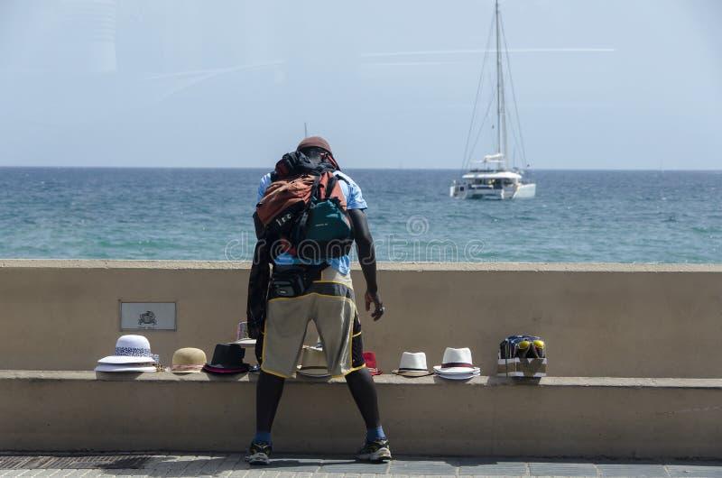 Покупатель шляпы в порте Канн Франции стоковые изображения rf