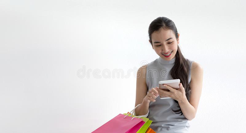Покупать дамы онлайн с умным телефоном Счастливая женщина оплачивая в кофейне smartphone стоковые фото
