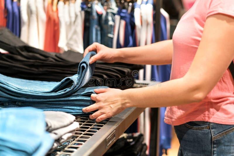 Покупать и ходить по магазинам для новой пары джинсов стоковая фотография rf