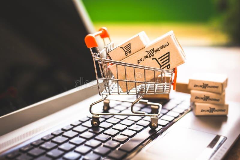 Покупающ и продающ онлайн, идея о цифровой коммерции стоковое изображение rf