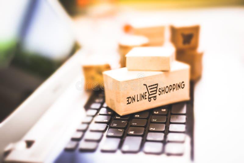 Покупающ и продающ онлайн, идея о цифровой коммерции стоковое фото rf
