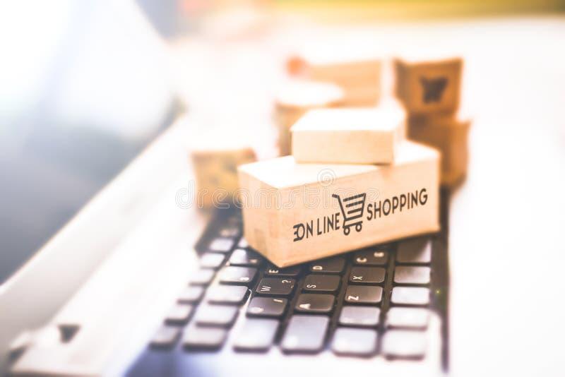 Покупающ и продающ онлайн, идея о цифровой коммерции стоковые изображения rf